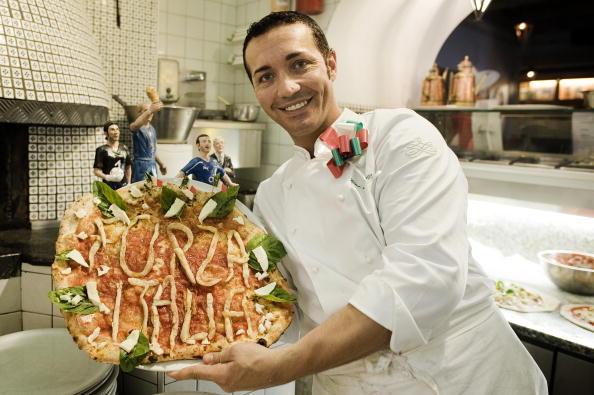El famoso maestro pizzero napolitano Gino Sorbillo con una pizza dedicada a la Selección de fútbol nacional de Italia, en su debut en el Mundial de Sudáfrica 2010. (ROBERTO SALOMONE/AFP/Getty Images)