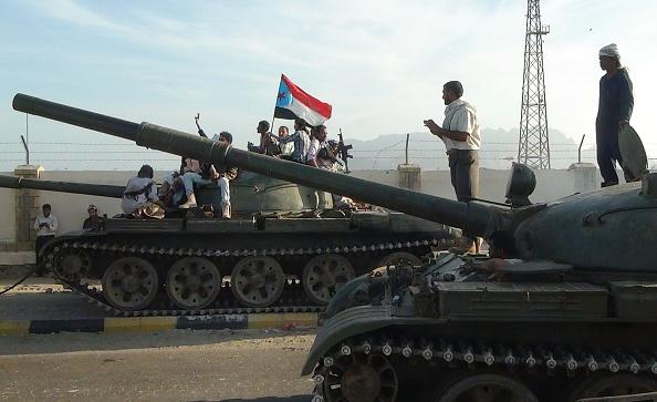 Milicias armadas de Yemen, leales al presidente Abedrabbo Mansour Hadi, con la bandera del Movimiento Sureño separatista, en la ciudad de Aden, 19 de marzo de 2015. (STR/AFP/Getty Images)
