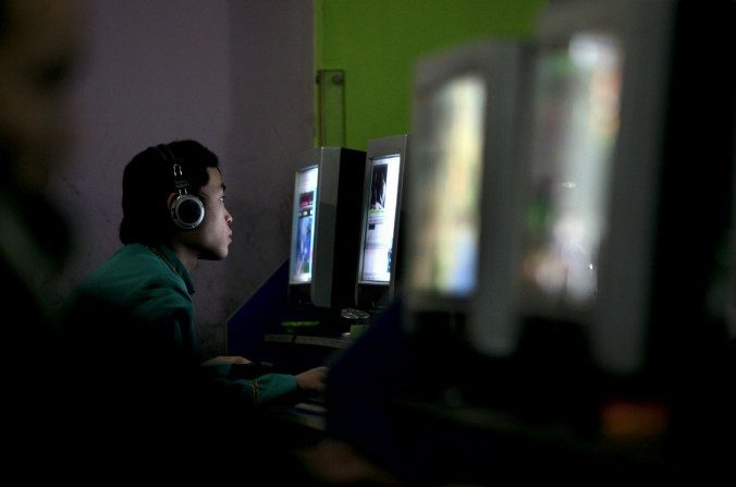 Un joven chino juega en línea en un café internet, el 21 de enero de 2008 en el municipio de Chongqing, China. (China Photos / Getty Images)