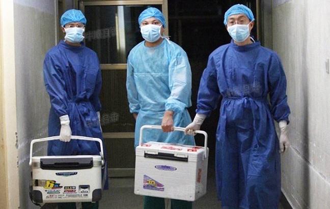 Médicos transportan órganos para trasplante en un hospital de la provincia de Henan, China, 16 de agosto de 2012. (Captura de pantalla vía Sohu.com)