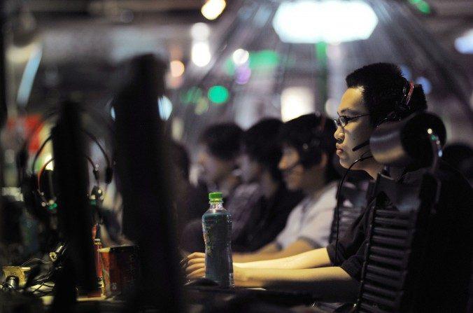 Fotografía tomada el 12 de mayo de 2011, muestra a personas en un cibercafé de Beijing. China emplea a 10 millones de estudiantes como propagandistas digitales. (Gou Yige/AFP/Getty Images)