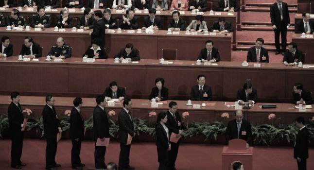 Los delegados votan en la elección del nuevo mandatario de la República Popular China durante la 12ª Asamblea Popular Nacional. (NPC, por sus siglas en inglés) de China en Pekín el 14 de marzo de 2013. Los investigadores del Partido en la provincia de Shanxi llevaron a cabo recientemente una purga. (Marcos Ralston / AFP / Getty Images)