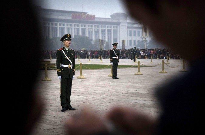 Un soldado paramilitar chino bosteza mientras se pone en posición de firme mientras está de guardia en la Plaza de Tiananmen el 20 de octubre de 2014 en Beijing, China. (Kevin Frayer / Getty Images)