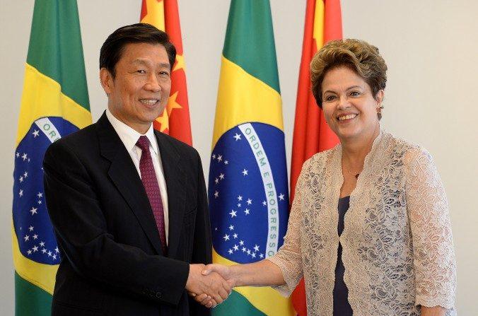 Vicedirector de la República Popular China, Li Yuanchao (izquierda) y la presidenta de Brasil, Dilma Rousseff se dan la mano durante una reunión bilateral en el primer día del segundo mandato de Rousseff, en el palacio Planalto en Brasilia, el 02 de enero de 2015. (Evaristo Sa / AFP / Getty Images)