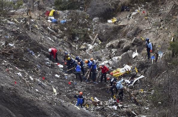 Investigadores y gendarmes franceses trabajan entre los restos del avión de Germanwings estrellado en los Alpes. (ANNE-CHRISTINE POUJOULAT/AFP/Getty Images)