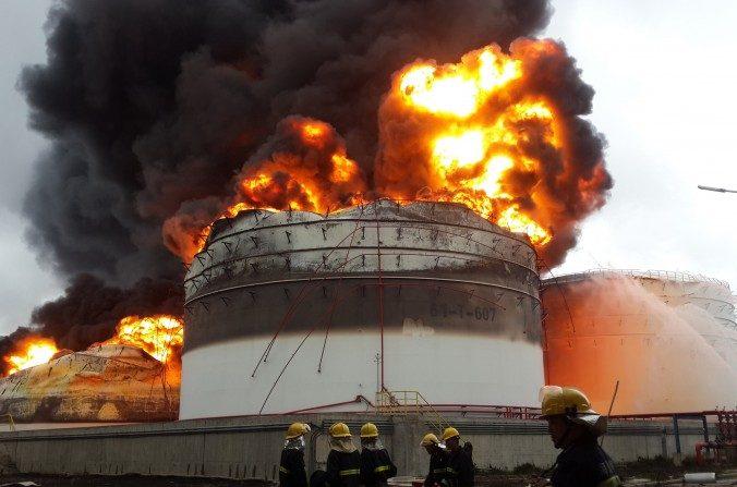 Los bomberos luchan con un incendio después de una explosión en una planta que produce paraxileno - un producto químico conocido como PX - en Zhangzhou, provincia oriental china de Fujian, el 7 de abril de 2015. (STR / AFP / Getty Images)