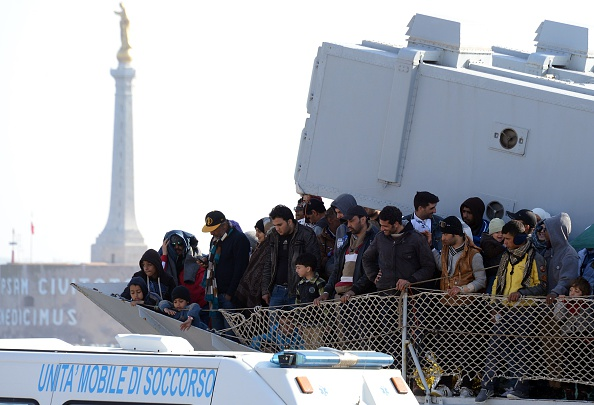 Un barco transportando inmigrantes libios llega al puerto de Messina después de una operación de rescate en Sicilia, el 18 de abril de 2015. (GIOVANNI ISOLINO/AFP/Getty Images)