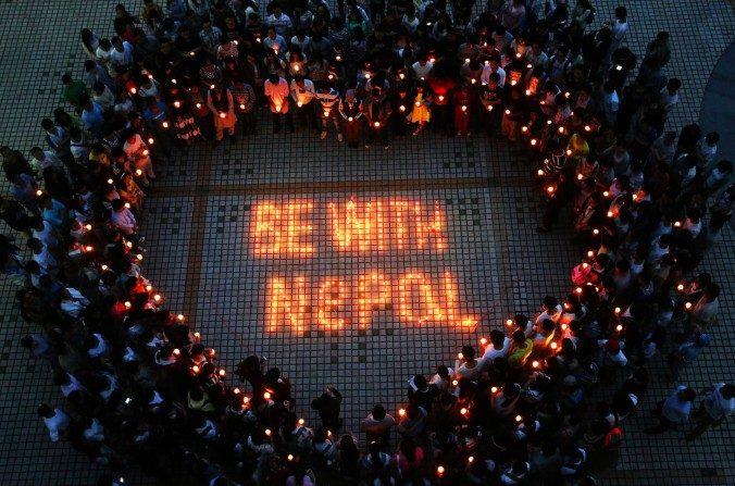 Estudiantes nepaleses y chinos se reúnen para orar por Nepal en la Universidad Nanhua en Hengyang, provincia central china de Hunan el 26 de abril de 2015. (STR / AFP / Getty Images)