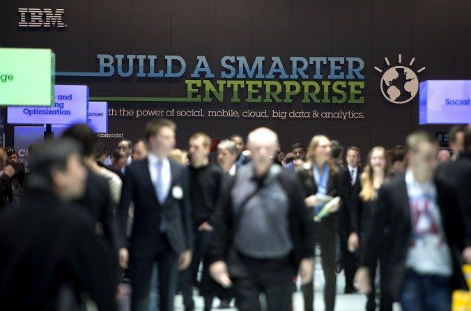 Los visitantes miran a su alrededor en el stand de IBM en la feria de tecnología comercial CeBIT  el 10 de marzo de 2014 en Hannover, Alemania. IBM ahora está transfiriendo su tecnología a las empresas chinas que buscan reemplazarla. (Nigel Treblin / Getty Images)