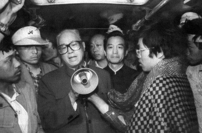 El entonces secretario general del Partido Comunista Chino, Zhao Ziyang (centro, con megáfono) se dirige a los estudiantes que hacían huelga de hambre en la Plaza Tiananmen de Beijing, 19 de mayo de 1989. (STR/AFP/Getty Images)