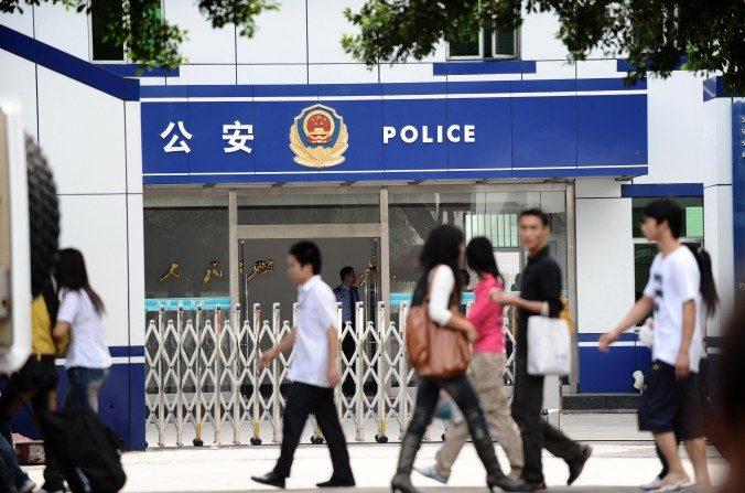 Peatones frente a una comisaría en Shenzhen el 8 de noviembre de 2008. (AFP/AFP/Getty Images)