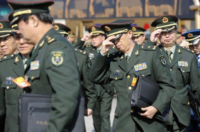 Delegados militares chinos llegan a una sesión plenaria del Congreso Nacional del Pueblo en Beijing el 9 de marzo de 2010. (Liu Jin / AFP / Getty Images)