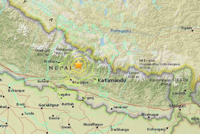 Dos fuertes terremotos de 7,5 u 6,5 grados azotaron la misma región de Nepal al noroeste de Kathmandú el 25 de abril de 2015 a las a las 6:11 ( hora UTC) y las 6:45. ( USGS)