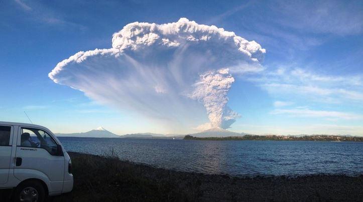 Volcán Calbuco en erupción el 22 de abril de 2015. (Sernageomin)
