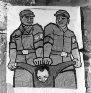 """Este poster, desplegado a fines de 1966 en Beijing, muestra como lidiar con los llamados """"enemigos de las personas"""" durante la Revolución Cultural. (Jean Vincent/AFP/Getty Images)"""