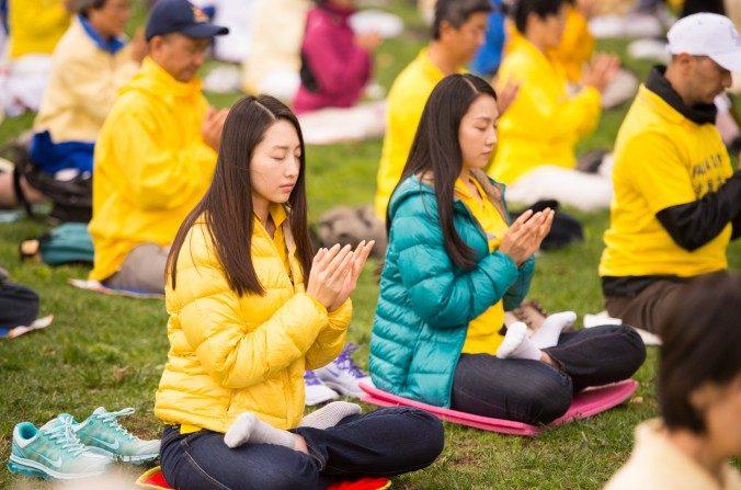 Mujeres meditando en un sitio de práctica de Falun Gong en San Francisco el 15 de octubre. (Dai Bing/Epoch Times)