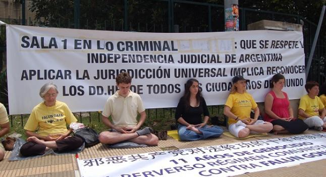 En Buenos Aires, Argentina, practicantes de Falun Gong apelan pacíficamente frente los tribunales de Comodoro Py por la causa judicial contra los jerarcas chinos involucrados en crímenes de lesa humanidad. (Archivo La Gran Época)