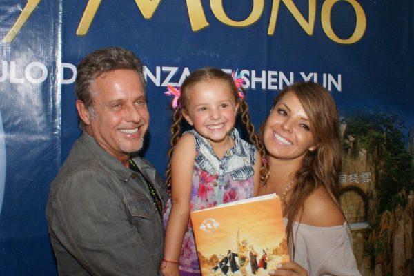 El actor mexicano Alexis Ayala asiste en familia a ver El Rey Mono