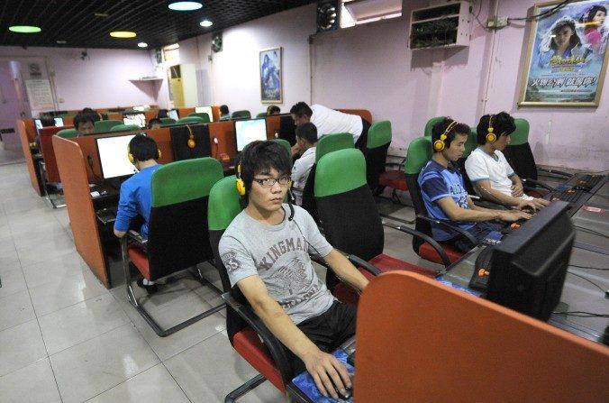 Un joven utiliza una computadora en un bar de Internet en Beijing el 8 de septiembre de 2011. (Liu Jin / AFP / Getty Images)