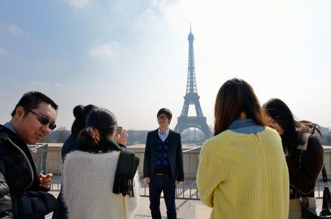 Turistas chinos se fotografían frente a la Torre  Eiffel el 27 de marzo de 2013 en París, Francia. (Eric Feferberg/AFP/Getty Images)