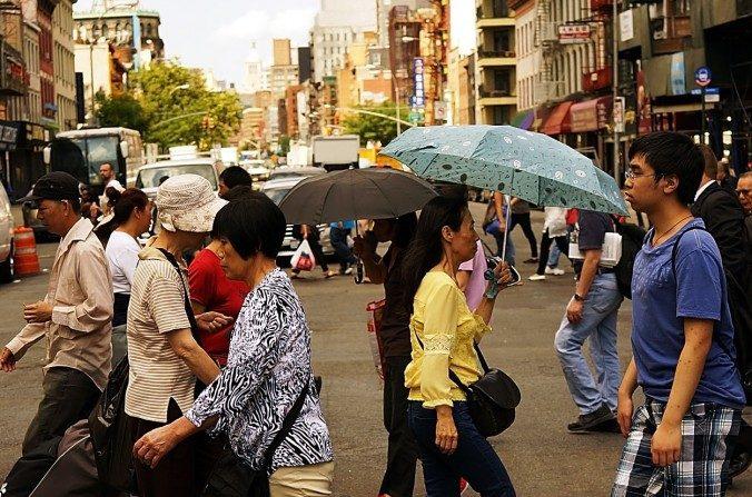 La gente camina por el distrito de Chinatown en Nueva York el 11 de julio de 2014, en la ciudad de Nueva York. (Spencer Platt / Getty Images)