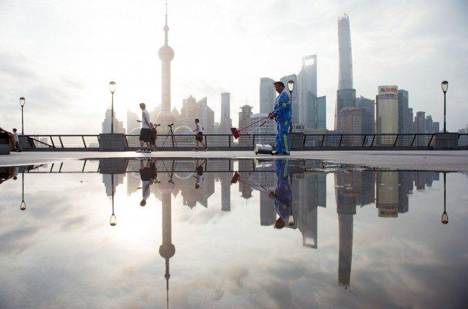 Un trabajador limpia la cubierta de paseo en Shanghái el 24 de julio de 2014. La economía china se enfrenta a seis grandes dificultades, según el economista He Qinglian. (Johannes Eisele / AFP / Getty Images)
