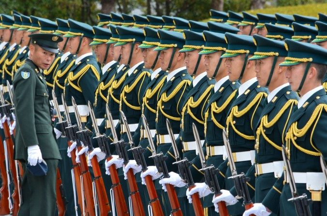 Fuerzas Auto defensa de Japón  preparadas para recibir al Ministro de defensa Gen Nakatani en Tokyo el 25 de diciembre de 2014. (Kazuhiro Nogi/AFP/Getty Images)