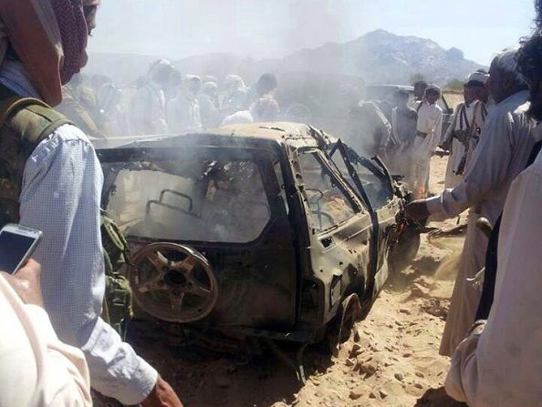 Un auto quemado en un ataque por drones en enero de 2015, en la zona desértica de Sanaa en la Península Arábiga. (AFP/Getty Images)