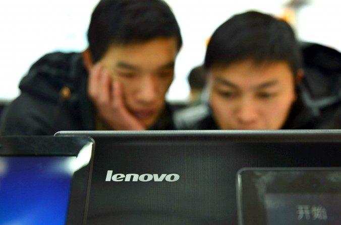 Clientes chinos revisan las computadoras en una tienda de Lenovo en Hangzhou, provincia de Zhejiang, China, el2 de febrero de 2014. Las computadoras Lenovo tienen un grave y nuevo problema de seguridad, dicen los investigadores. (STR / AFP / Getty Images)