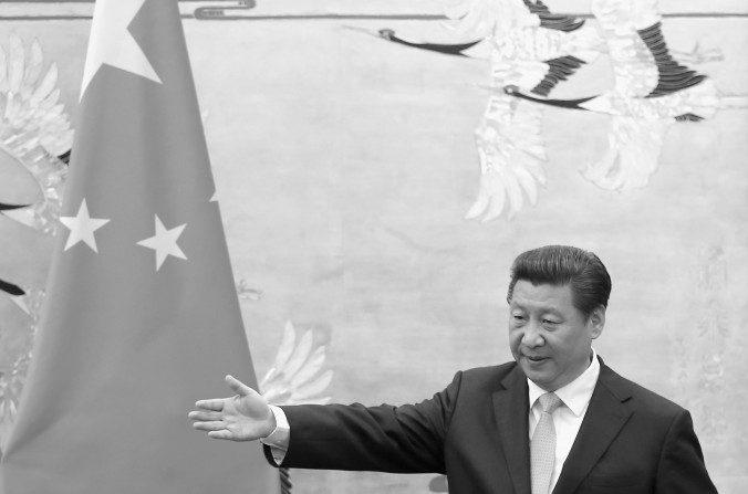 El presidente de China, Xi Jinping, asiste a una ceremonia de refrendación con el presidente de Uganda, Yoweri Kaguta Museveni, en el Gran Palacio del Pueblo el 31 de marzo de 2015, en Beijing, China. Xi, sin duda, liderará la manera en que China se convierta en moneda de reserva mundial, pero ¿es posible? (Feng Li / Getty Images)