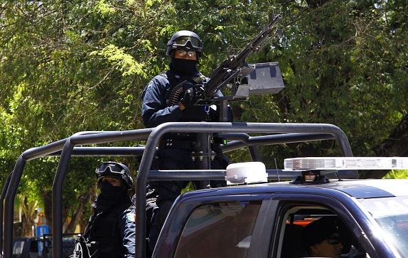 Los soldados patrullan las calles de Villa Purificación, Jalisco, México , el 2 de mayo de 2015.  (HECTOR GUERRERO/AFP/Getty Images)