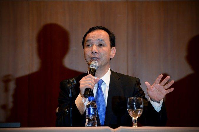 """Eric Chu, presidente del Partido Kuomintang de Taiwán (KMT), habla durante una conferencia de prensa en un hotel de Pekín el 4 de mayo. Los líderes del régimen chino le dijeron a Chu que la política de """"una sola China"""" sería necesaria para cualquier acuerdo de negocios. (Wang Zhao / AFP / Getty Images)"""