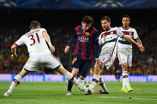 Lionel Messi, del Barcelona FC,  entre  Bastian Schweinsteiger y Xabi Alonso del Bayern Munich. (Matthias Hangst/Bongarts/Getty Images)