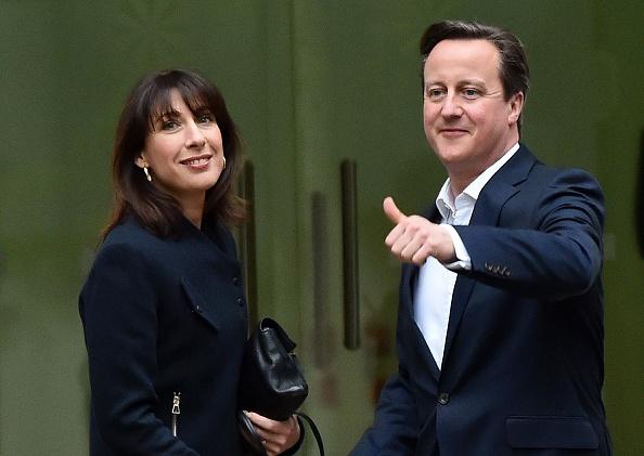 Primer ministro británico David Cameron y su esposa Samantha en la central del partido, 8 de mayo de 2015. (LEON NEAL/AFP/Getty Images)
