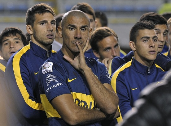 Jugadores de Boca Juniors esperan la decisión de la Conmebol en La Bombonera. (ALEJANDRO PAGNI/AFP/Getty Images)