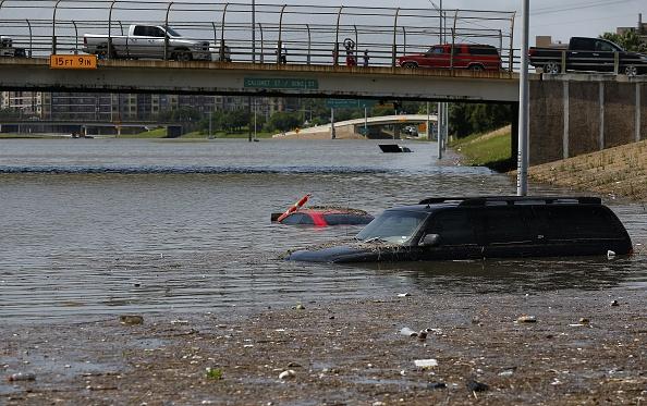 Vehículos inundados en Houston,Texas. (Aaron M. Sprecher/AFP/Getty Images)