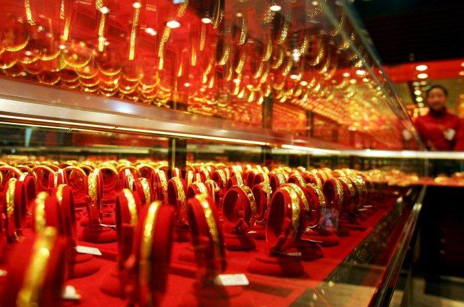Pulseras de oro en exhibición en una joyería de Whuan, China, el 09 de enero de 2008. Los chinos siempre han valorado el oro y ahora quieren tomar el control del precio físico. (China Photos / Getty Images)