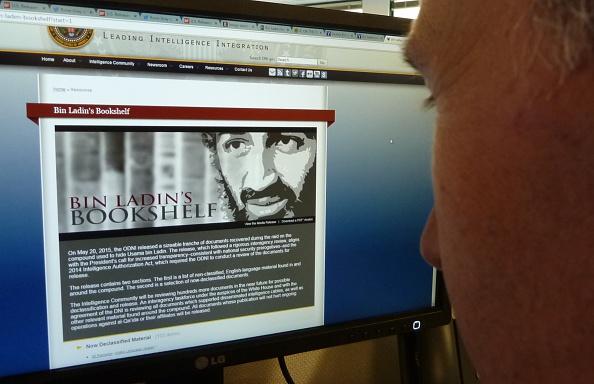 Un periodista de la AFP mira a una página que se muestra en la página web de la Oficina del Director de Inteligencia Nacional de 20 de mayo 2015 en Washington, DC. (STF/AFP/Getty Images)