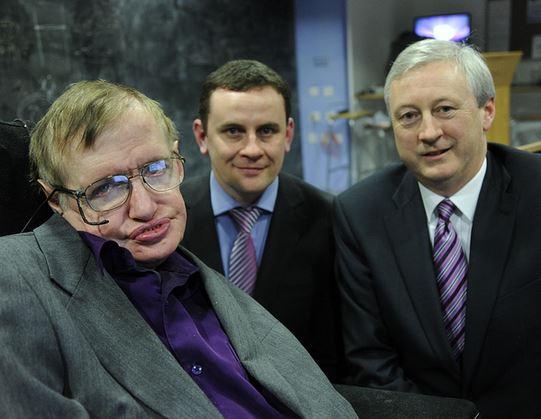 Hawking con los dirigents de Intel David Fleming y Martin Curley en agosto 2013 (Intel Free Press/Wikimedia Commons)