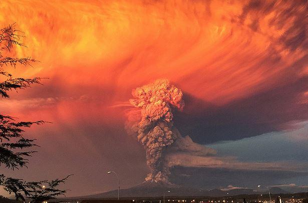 Volcán calbuco  el 22 de abril durante su primera violenta explosión . ( SErnageomin)