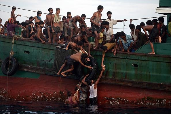 Un barco repleto de decenas de inmigrantes rohingya - incluyendo muchos jóvenes - fue encontrado a la deriva en aguas tailandesas el 14 de mayo, con los pasajeros que dicen varias personas habían muerto en los últimos días. Foto: CHRISTOPHE ARCHAMBAULT/AFP/Getty Images