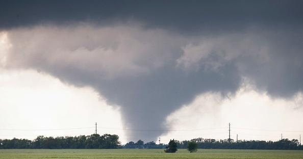 Un gran tornado pasa justo al oeste de la ciudad de Halstead, Kan, el miércoles 6 de mayo de 2015. Foto: Travis Heying/Wichita Eagle/TNS via Getty Images