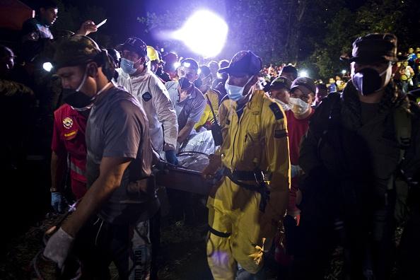 Al menos 15 personas quedaron atrapadas el miércoles cuando una mina de oro sin licencia en el oeste de Colombia se derrumbó, dijeron las autoridades, los equipos de rescate se apresuraron a llegar a ellos. Foto: LUIS ROBAYO/AFP/Getty Images