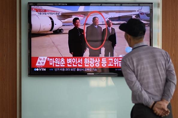 Un hombre mira un noticiero de TV, en la estación de trenes de Seúl, donde se informa sobre la ejecución del ministro de Defensa norcoreano, Hyon Yong Chol. Foto: ED JONES/AFP/Getty Images