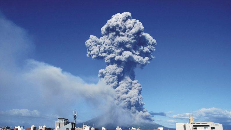 Volcán Shindake en violenta erupción la mañana del 29 de mayo de 2015. ( Captura de vídeo de Youtube)
