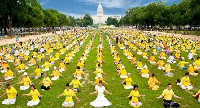 Practicantes de la disciplina espiritual Falun Dafa realizan ejercicio de meditación frente a la Casa Blanca en Washington DC, EE.UU. (Cortesía Asociación de Falun Dafa de Washington DC)