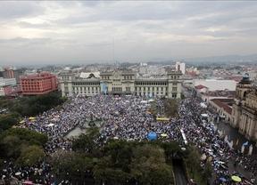 Unos 20.000 guatemaltecos exigieron este sábado, en Ciudad de Guatemala (Guatemala), la renuncia del presidente del país, Otto Pérez Molina, ante las recientes acusaciones de corrupción en su gobierno. (foto: EFE a través de miamidiario.com)