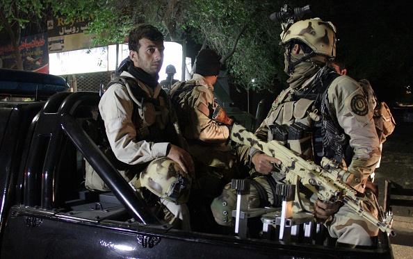 Las fuerzas de seguridad afganas en patrulla alrededor del Hotel Park Palace en Kabul el 14 de mayo de 2015. Un estadounidense y dos ciudadanos indios estaban entre las personas que murieron cuando hombres armados atacaron una casa de huéspedes en la capital afgana de Kabul el miércoles por la noche. El Park Palace Hotel, es popular entre los lugareños y extranjeros, lo que desató un tiroteo con las fuerzas de seguridad. Foto: Haroon Sabawoon/Anadolu Agency/Getty Images