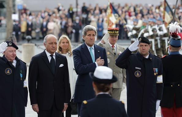 Laurent Fabius , el ministro de relaciones exteriores francés y el secretario  estadounidense John Kerry destacan la atención después de la colocación de una ofrenda floral en la Tumba del Soldado Desconocido en el Arco del Triunfo en París el 8 de mayo de 2015. Europa celebró ceremonias  para conmemorar 70 años desde la victoria sobre la Alemania nazi el 8 de mayo, como líderes advirtieron sobre las amenazas de hoy en día como la guerra en Ucrania y el extremismo islámico. Foto: PHILIPPE WOJAZER/AFP/Getty Images