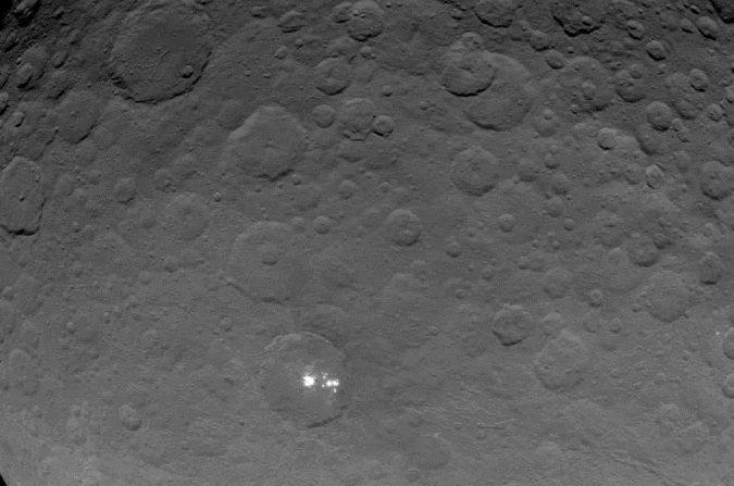 Puntos brillantes del asteroide Ceres vistos a 7200 metros de distancia desde la nave espacial Dawn. (DAWN/NASA)